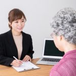 介護保険料を聞く高齢者